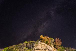 大きな岩越しに天の川を眺める 和歌山県 日置川町の写真素材 [FYI04671597]