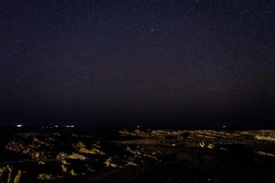 海の上に広がる星空 和歌山県 日置川町の写真素材 [FYI04671598]