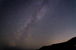 山の向こうに架かる天の川 和歌山県 日置川町の写真素材 [FYI04671599]