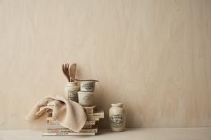 ベージュトーンでまとめた本と布巾とキッチン雑貨の写真素材 [FYI04671601]