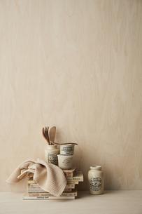 ベージュトーンでまとめた本と布巾とキッチン雑貨の写真素材 [FYI04671602]