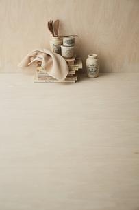 ベージュトーンでまとめた本と布巾とキッチン雑貨の写真素材 [FYI04671604]