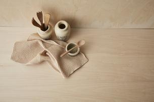 ベージュトーンでまとめた本と布巾とキッチン雑貨の写真素材 [FYI04671610]