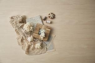ベージュトーンでまとめた本と布巾とキッチン雑貨の写真素材 [FYI04671611]
