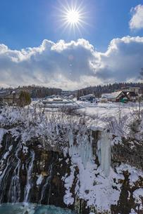 厳冬期の美しい白ひげの滝と太陽の暖かい陽射の写真素材 [FYI04671621]