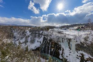 厳冬期の美しい白ひげの滝と太陽の暖かい陽射の写真素材 [FYI04671622]