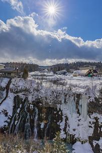 厳冬期の美しい白ひげの滝と太陽の暖かい陽射の写真素材 [FYI04671623]