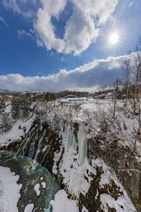 厳冬期の美しい白ひげの滝と太陽の暖かい陽射の写真素材 [FYI04671624]