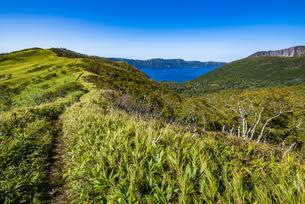 摩周湖の外輪山の登山道と摩周岳の写真素材 [FYI04671647]