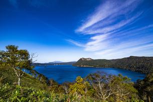 カルデラ湖・摩周湖と外輪山・摩周岳、雲の写真素材 [FYI04671656]