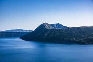 青い摩周湖と摩周岳の写真素材 [FYI04671657]