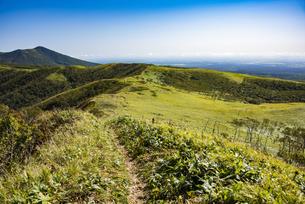 摩周岳の登山道から望む西別岳と草原の写真素材 [FYI04671660]
