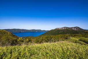 摩周湖のカルデラと外輪山の摩周岳、笹原の写真素材 [FYI04671667]