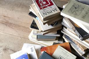 床に山積みにされた本の写真素材 [FYI04671674]