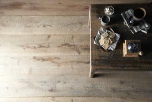 机の上にコーヒーとクラッカーを置いた部屋の写真素材 [FYI04671682]