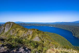摩周岳の山頂から望むカルデラ・摩周湖の写真素材 [FYI04671685]