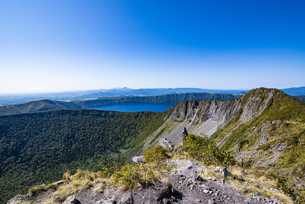 摩周岳の山頂から望む摩周湖と爆裂火口の写真素材 [FYI04671687]