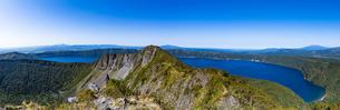 摩周岳の山頂から望むパノラマ風景:摩周湖の写真素材 [FYI04671688]