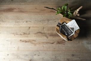 床に置いた植物と流木と木の器の写真素材 [FYI04671689]