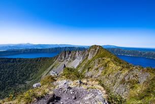 摩周岳の山頂から望む摩周湖の写真素材 [FYI04671690]