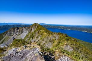 摩周岳の山頂から望む摩周湖の写真素材 [FYI04671692]