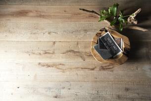 床に置いた植物と流木と木の器の写真素材 [FYI04671700]