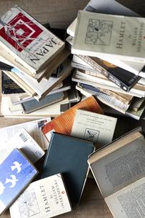 床に山積みにされた本の写真素材 [FYI04671702]
