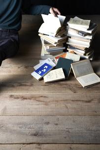 床に山積みにされた本の写真素材 [FYI04671703]