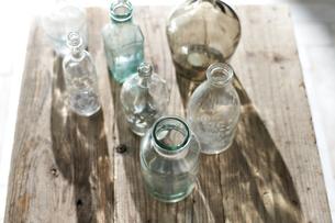 机の上に置かれたガラス瓶の写真素材 [FYI04671715]