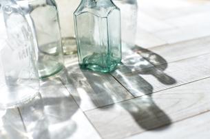 床に置かれたガラス瓶の写真素材 [FYI04671717]