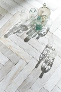 床に置かれたガラス瓶の写真素材 [FYI04671718]