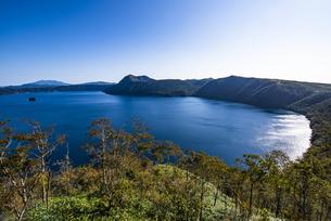 摩周湖と外輪山の摩周岳の写真素材 [FYI04671728]