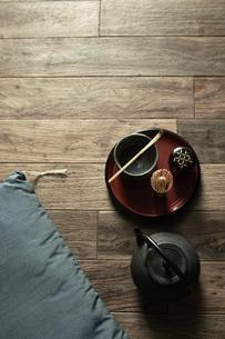 床に置いたお茶と座布団の写真素材 [FYI04671735]