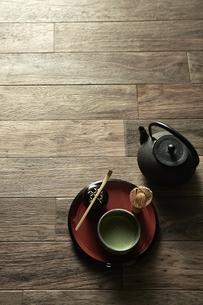 床に置いたお茶の写真素材 [FYI04671739]