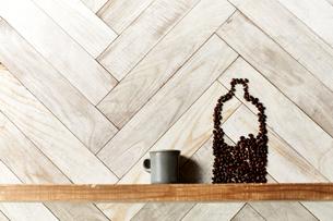 木の棚に出来たコーヒー豆のボトルとカップの写真素材 [FYI04671745]