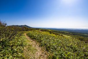西別岳を望む摩周岳の登山道の写真素材 [FYI04671746]