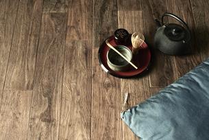 床に置いたお茶と座布団の写真素材 [FYI04671757]