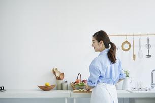 キッチンで料理を作る女性の写真素材 [FYI04671881]