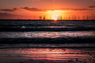 【オーストラリア メルボルン】セント・キルダ・ビーチからみる夕方の海の様子 自然風景の写真素材 [FYI04672121]