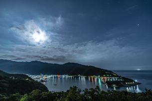 伊豆 出逢い岬から望む戸田港の月夜の写真素材 [FYI04672244]
