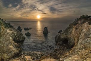 黄金崎 馬ロックの夕日の写真素材 [FYI04672254]