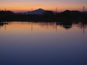 筑波山と鮮やかな夕刻の池の写真素材 [FYI04672428]