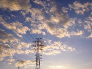夕日に映える雲と送電塔の写真素材 [FYI04672429]