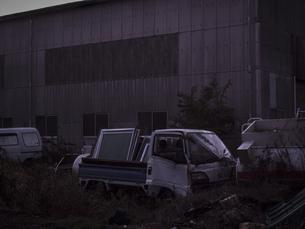 暗闇に浮かぶ廃車の写真素材 [FYI04672446]
