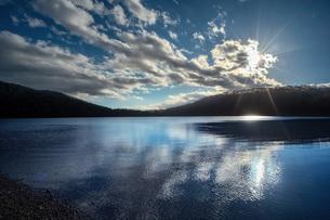 秋の湖面の写真素材 [FYI04672530]