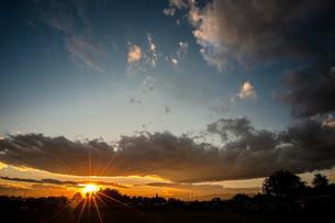 秋の夕日の写真素材 [FYI04672535]