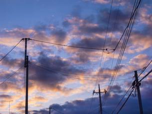 電柱と夕暮れの写真素材 [FYI04672602]