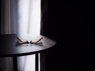 サイドテーブルに置かれたメガネの写真素材 [FYI04672671]