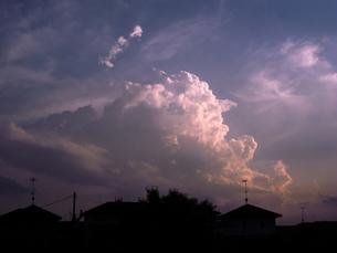 積乱雲が立ち上る夕暮れの空の写真素材 [FYI04672695]