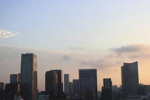 麻布十番から見える虎ノ門方面の朝焼けの写真素材 [FYI04672772]